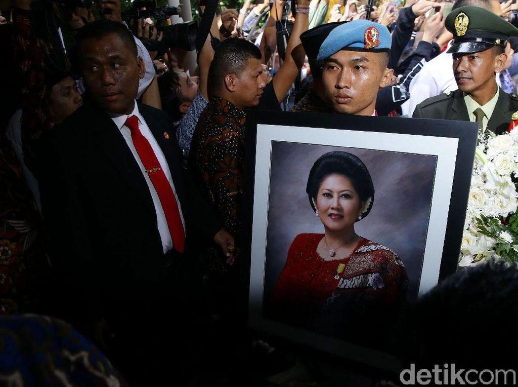 Bom Waktu di Balik Meninggalnya Arifin Ilham dan Ani Yudhoyono
