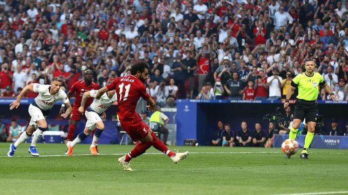 Penalti Mohamed Salah membawa Liverpool unggul 1-0 atas Tottenham Hotspur. (Foto: Clive Rose/Getty Images)