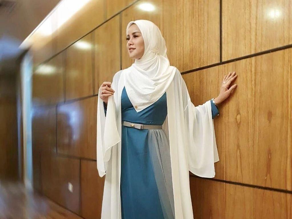 10 Inspirasi Pakai Baju Putih Saat Lebaran dari Para Artis Berhijab