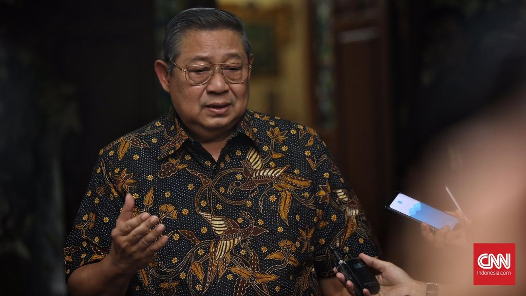 Ketum Partai Demokrat Susilo Bambang Yudhoyono (SBY) menyambut kedatangan Ketua Umum Partai Gerindra,Prabowo Subianto saat bertakziah menyampaikan belasungkawa atas wafatnya istri SBY, Ani Yudhoyono,  Puri Cikeas, Bogor, 3 Juni 2019. CNN Indonesia/Hesti Rika