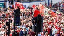 Tingkah Gila Liverpudlian Sambut Parade Juara Liverpool