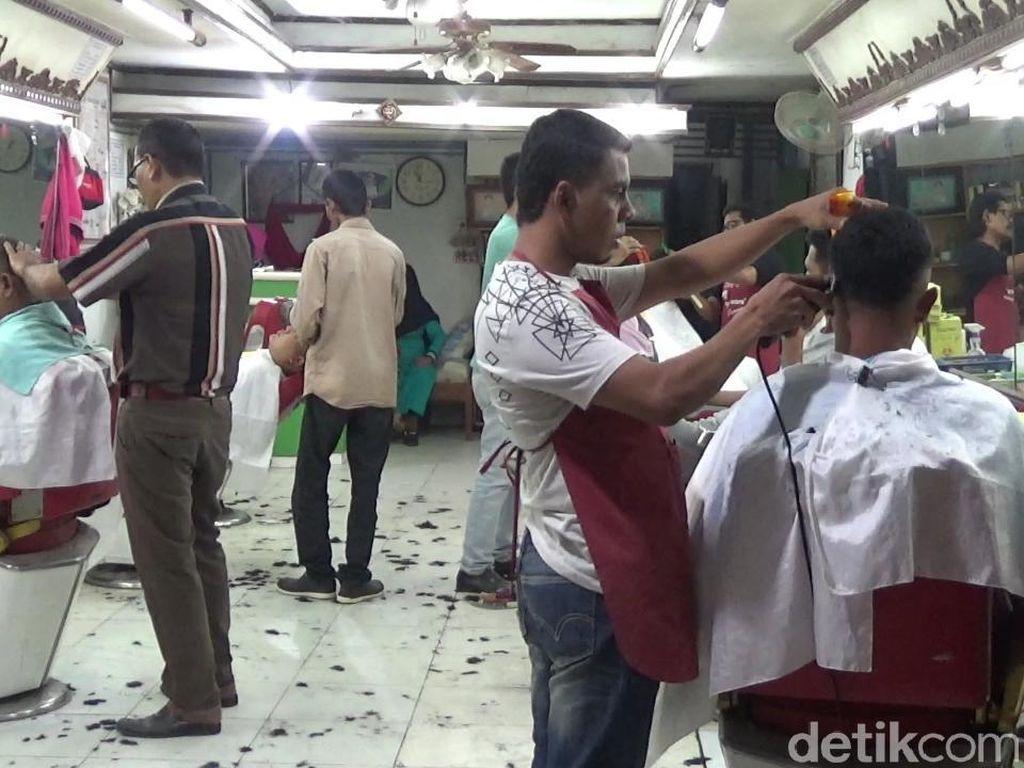 Jelang Lebaran, Tukang Cukur Rambut di Lhokseumawe Diserbu Warga