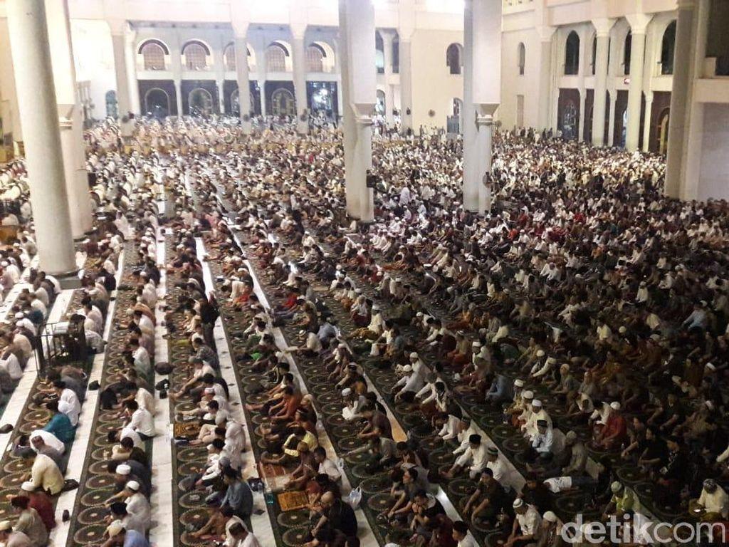 Puluhan Ribu Jemaah Padati Masjid Al Akbar di Malam Ganjil Terakhir Ramadhan