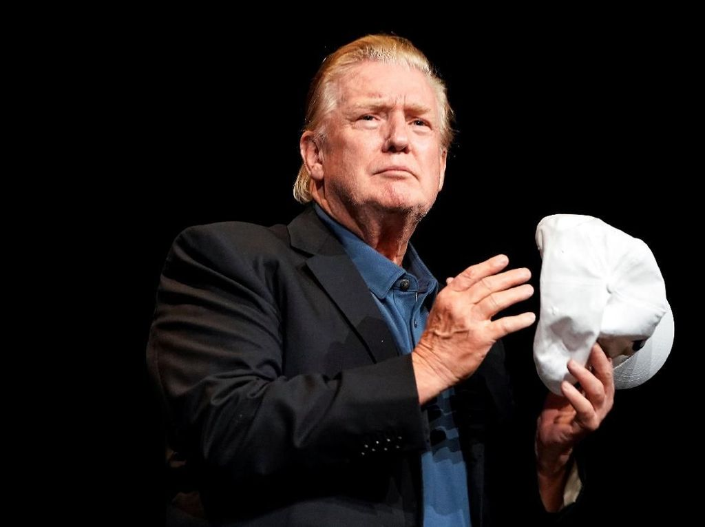 Donald Trump Ubah Gaya Rambut Setelah Puluhan Tahun, Netizen Heboh