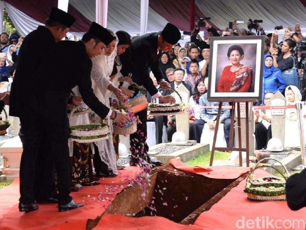 Barisan Kendaraan yang Melepas Mendiang Ani Yudhoyono