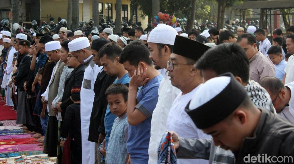 Momen Sebagian Umat Islam di Garut Salat Idul Fitri Hari Ini