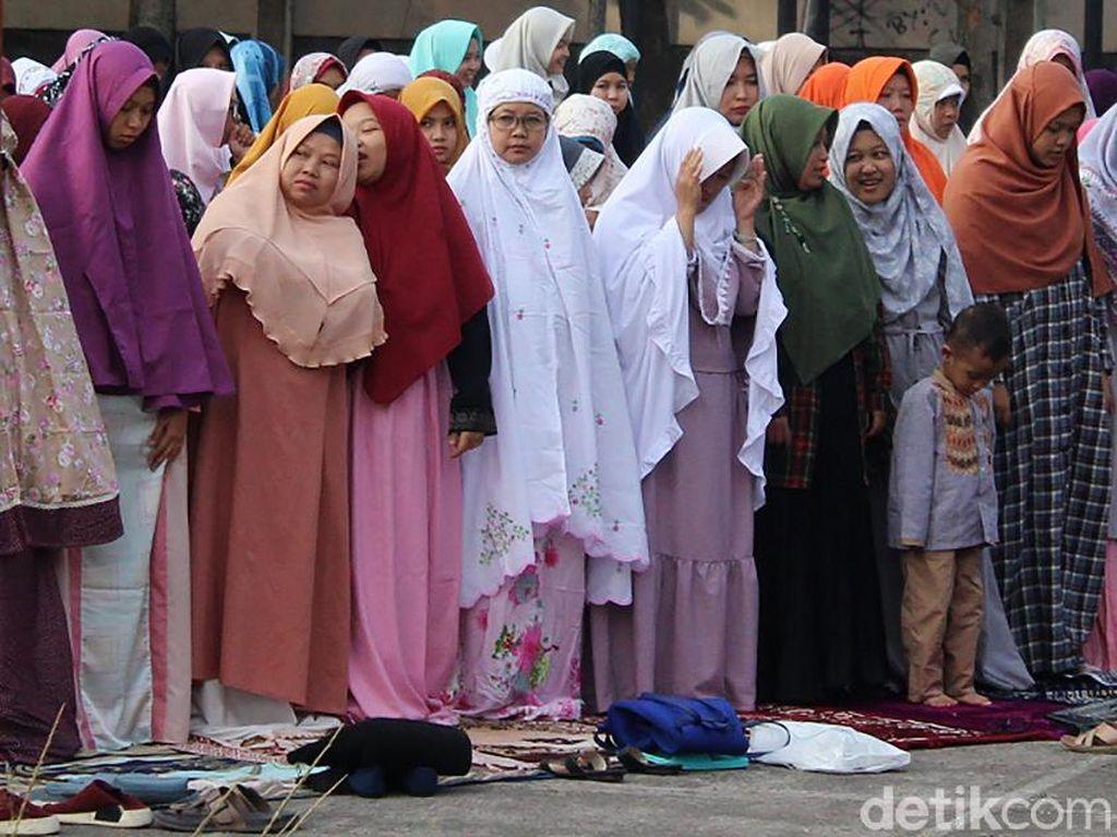 Sholat Eid Besok Lebih Baik Mandi Pakai Air Dingin atau Air Hangat?
