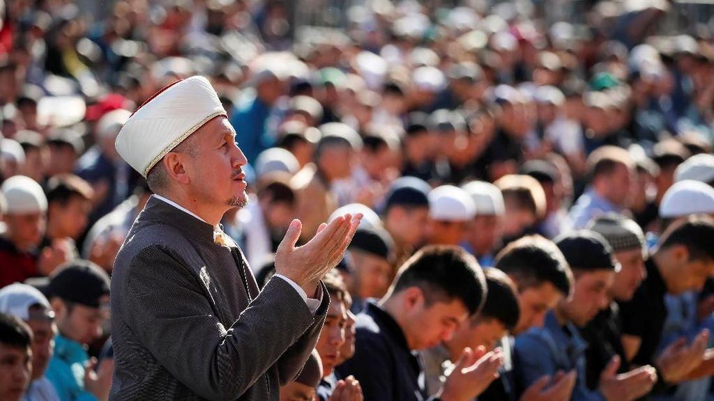 Potret Khusyuk Salat Idul Fitri dari Rusia Hingga Afghanistan