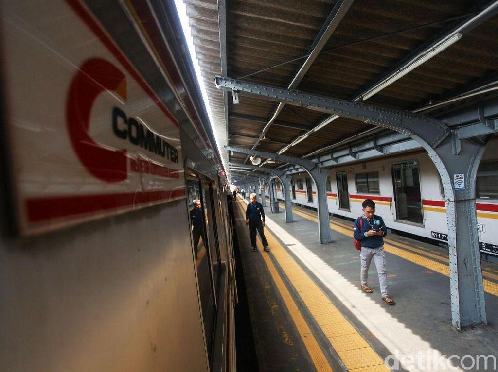 Kereta Jurusan Manggarai-Tambun Dilempar Batu, Kaca Jendela Pecah