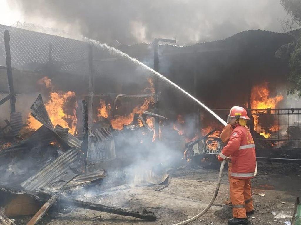 Lapak Barang Bekas di Kalisari Jaktim Terbakar, 8 Unit Damkar Dikerahkan