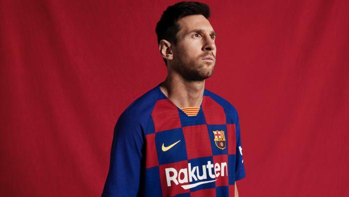 Barcelona memperkenalkan seragam baru untuk mengarungi musim 2019/2020. Mereka untuk pertama kalinya dalam sejarah klub tak menggunakan motif garis-garis (fcbarcelona.com)