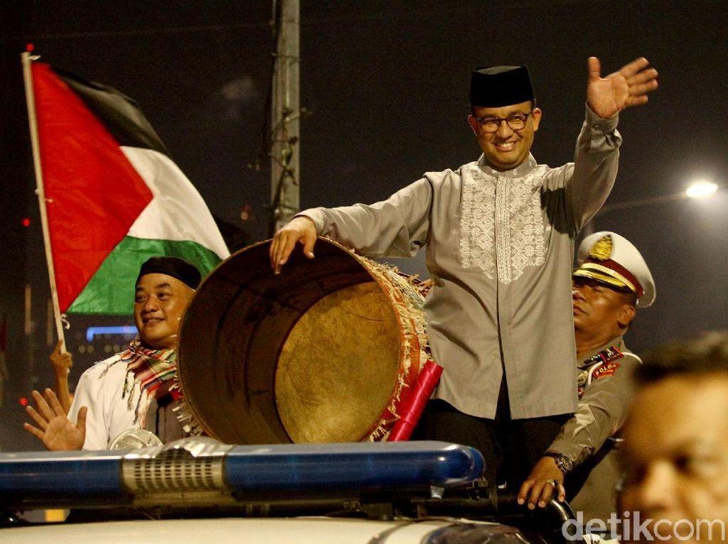 Potret Gubernur Anies Keliling Pawai Malam Takbiran