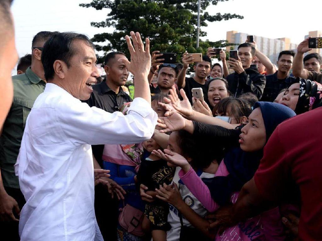 Jelang Lebaran, Jokowi Bagi-bagi Sembako di Tambora Jakbar