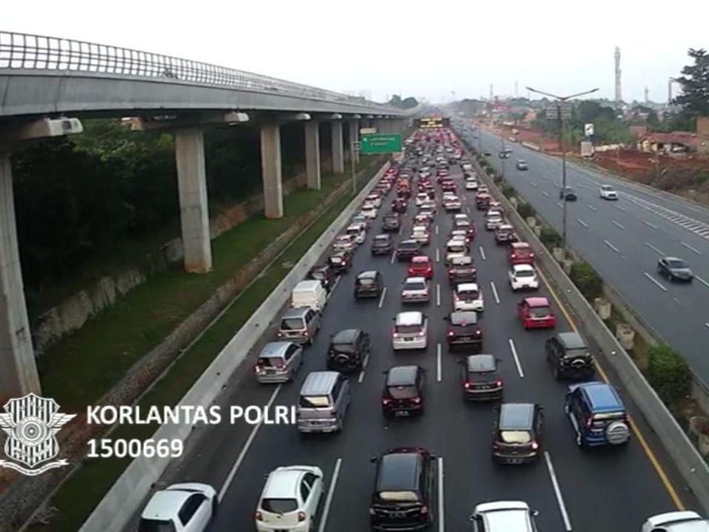 Rest Area Padat, Tol Jakarta-Cikampek Macet 17 Km