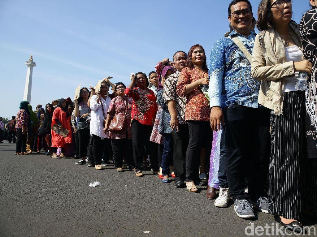 Warga Berpanas-panas Demi Bersalaman dengan Jokowi