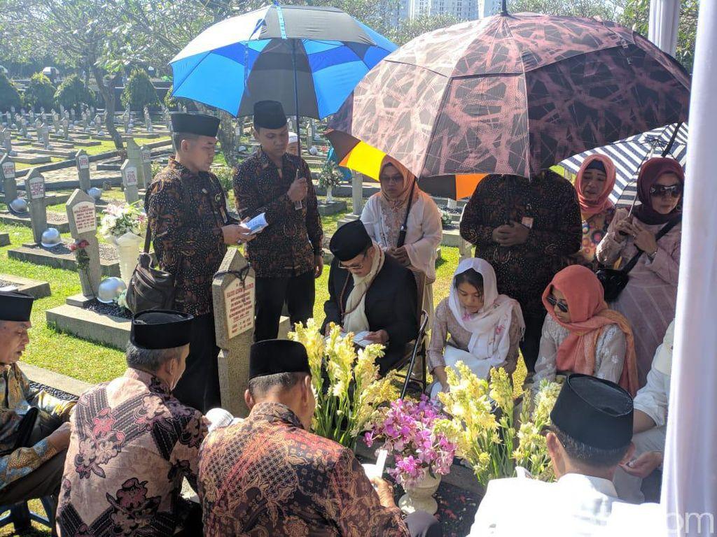 Ziarah ke Makam Ainun di TMP Kalibata, BJ Habibie Khusyuk Berdoa