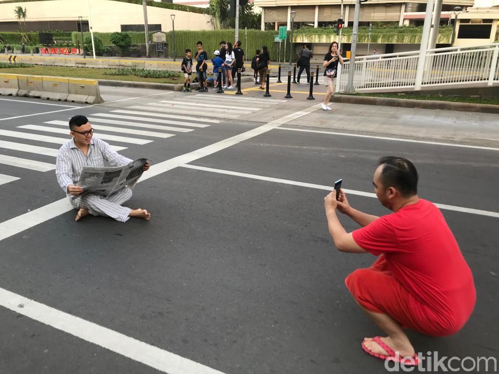 Potret Heboh Warga Foto-foto di Tengah Jalan Saat Lebaran