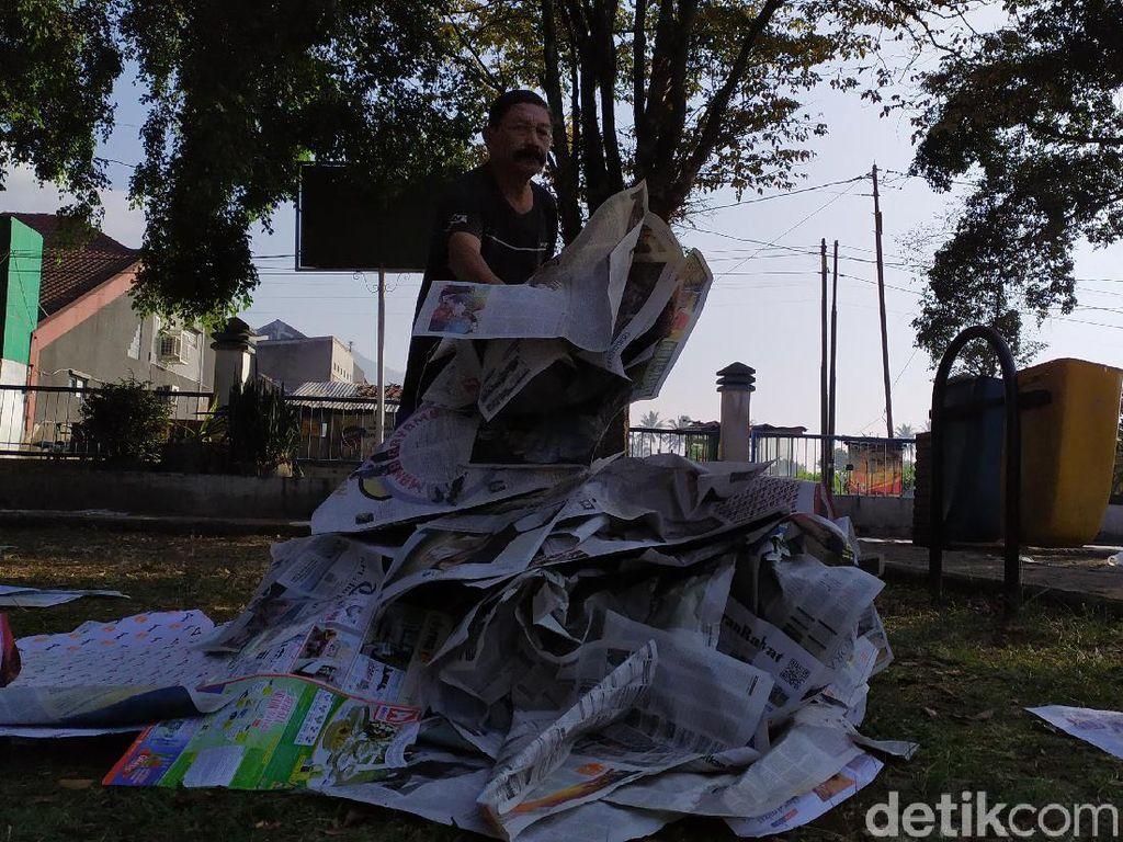 Berburu Rezeki dari Koran Bekas Salat Idul Fitri di Garut