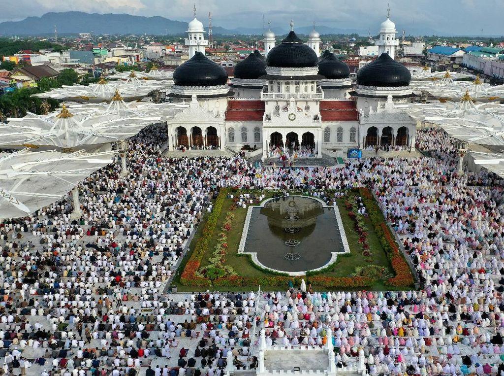 Khusyuknya Umat Muslim Salat Id di Penjuru Nusantara