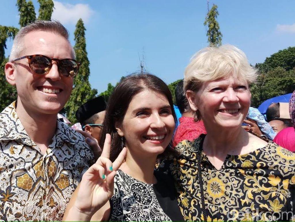 Demi Bertemu Jokowi, Bule Ini Rela Panas-panasan Antre Open House