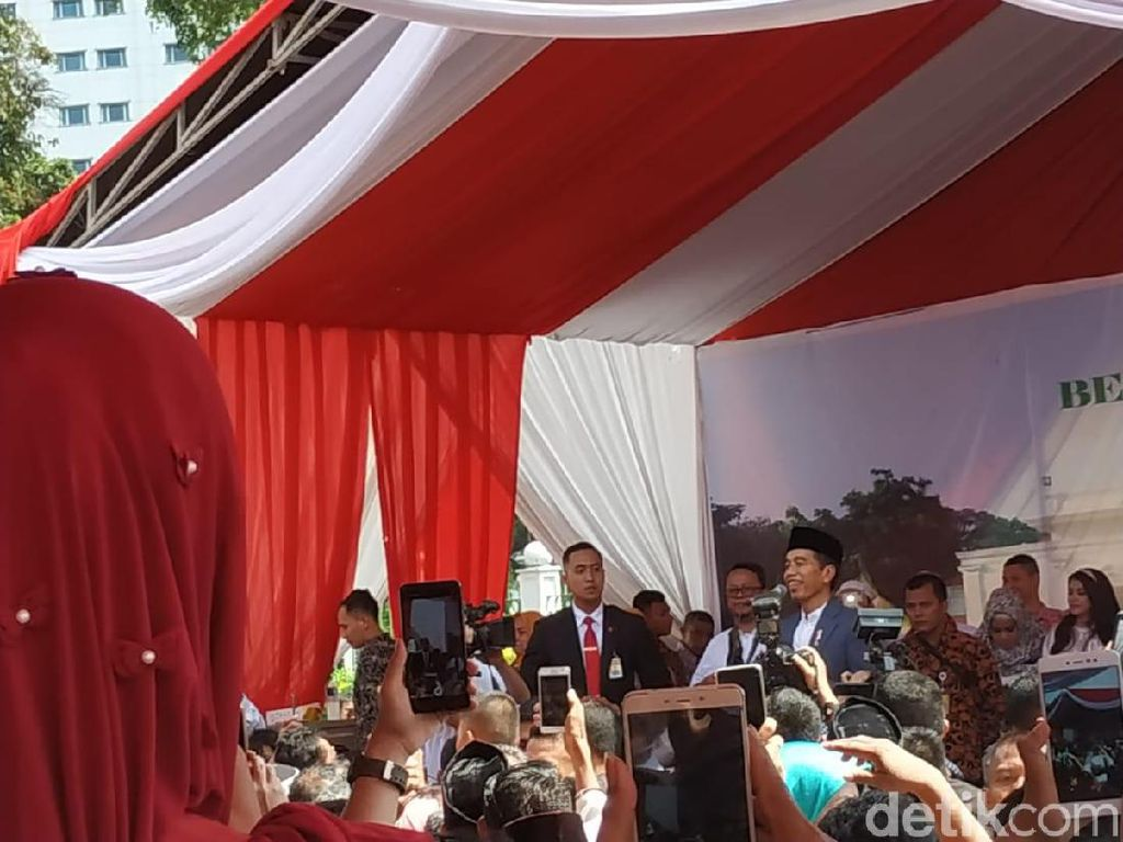 Jokowi Sapa Warga di Monas: Terima Kasih, Fotonya Bareng-bareng