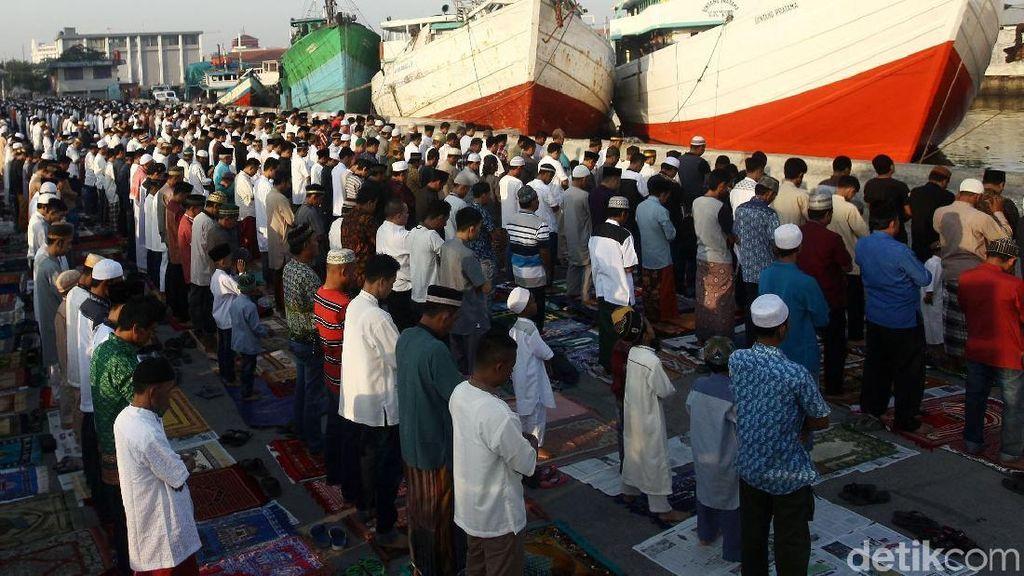 Khusyuknya Salat Idul Fitri di Pelabuhan Sunda Kelapa