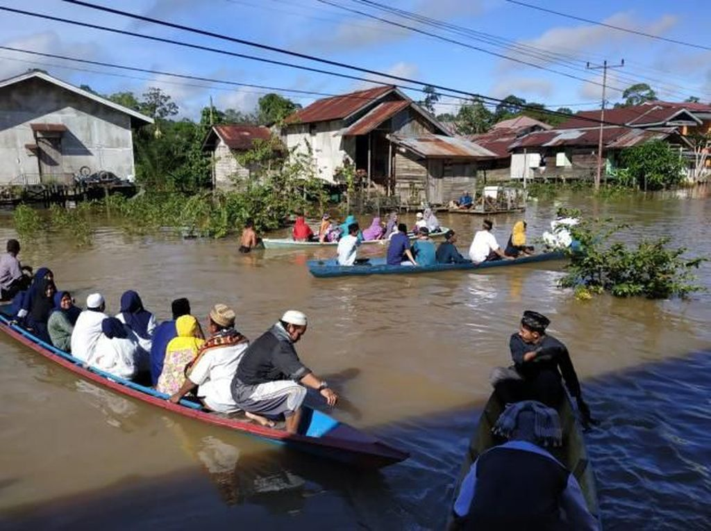 Diterjang Banjir, Warga Kapuas Hulu Kalbar Salat Id Naik Perahu