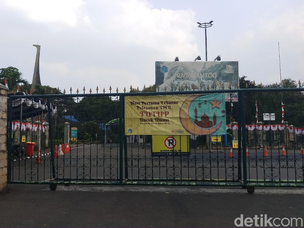 Kecewa Ragunan Tutup Hari Pertama Lebaran, Pengunjung Foto di Gerbang