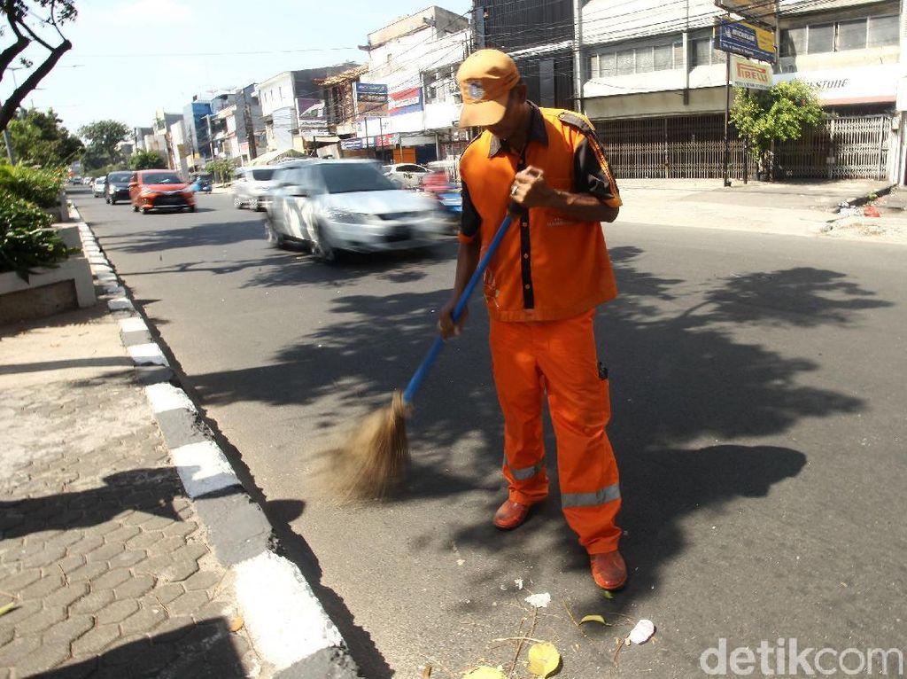 Melihat Aksi Pasukan Oranye Tangani Sampah di Hari Lebaran