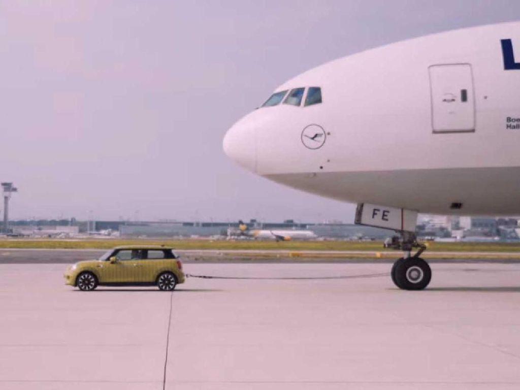 Mobil Listrik MINI Mampu Tarik Badan Pesawat
