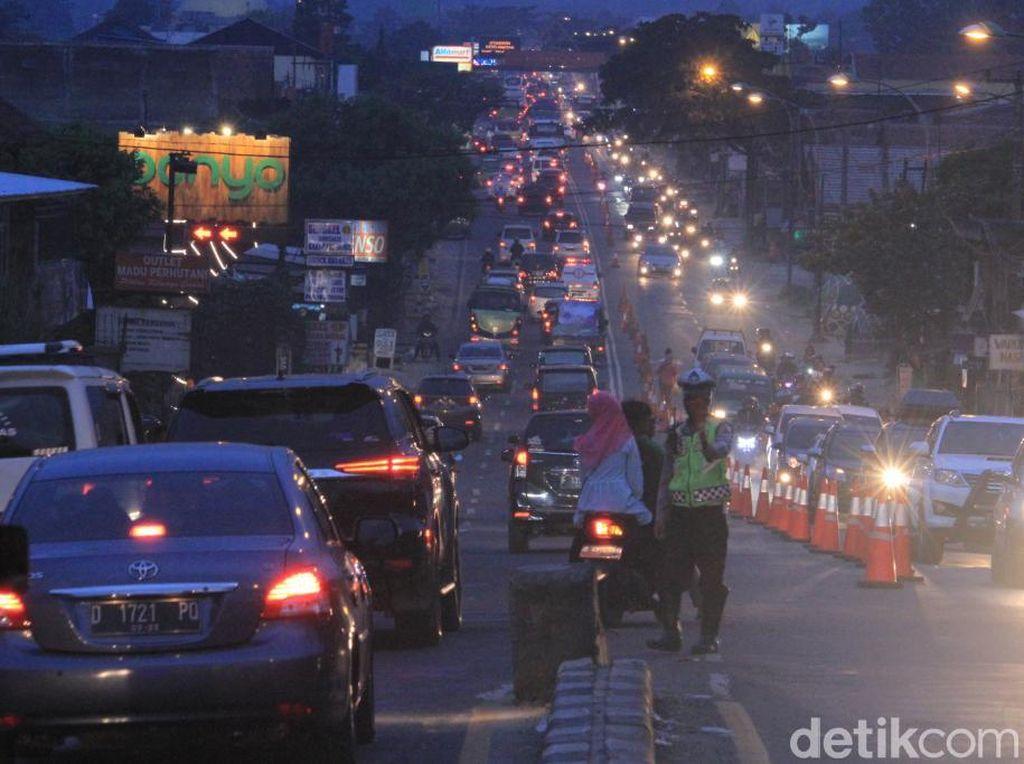 Jalur Nagreg Macet, Polres Bandung Lakukan Contraflow dan One Way