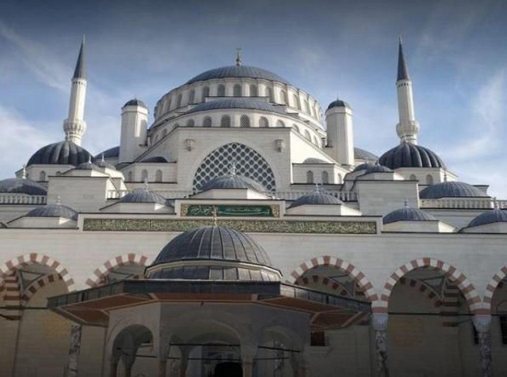 Primadona di Atas Bukit Kota Istanbul, Turki