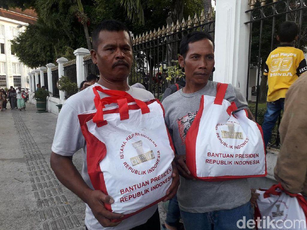 Jokowi Bagi-bagi Paket Sembako dan Kaus di Yogya