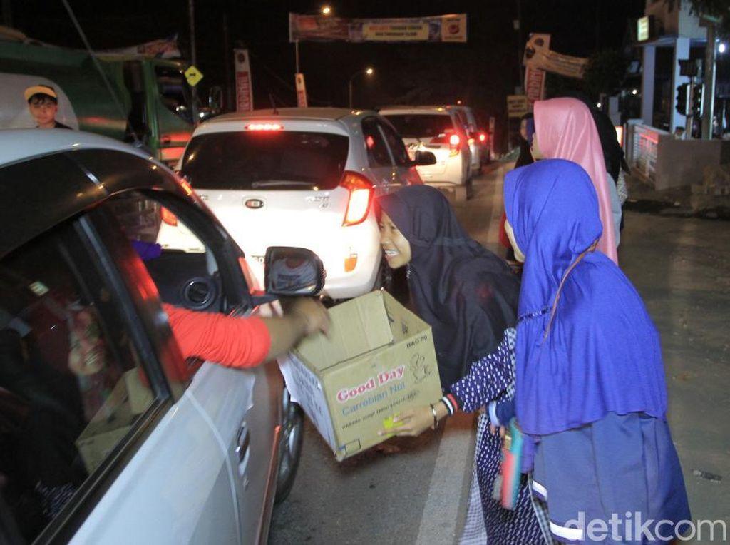 Belasan Pengamen Hibur Pemudik di Kala Kemacetan Melanda Nagreg