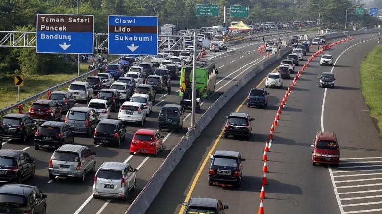 Jalan menuju Puncak Foto: Yulius Satria Wijaya/Antara Foto