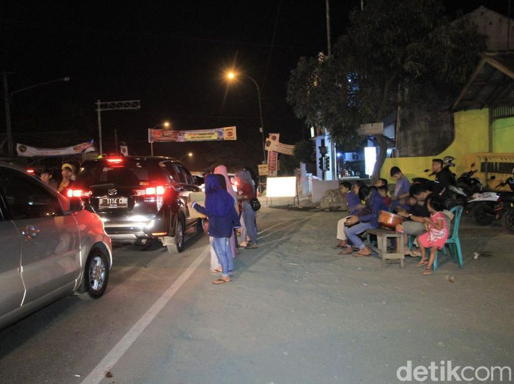 Warga Nagreg Ngamen Sambil Hibur Pengendara di Tengah Kemacetan