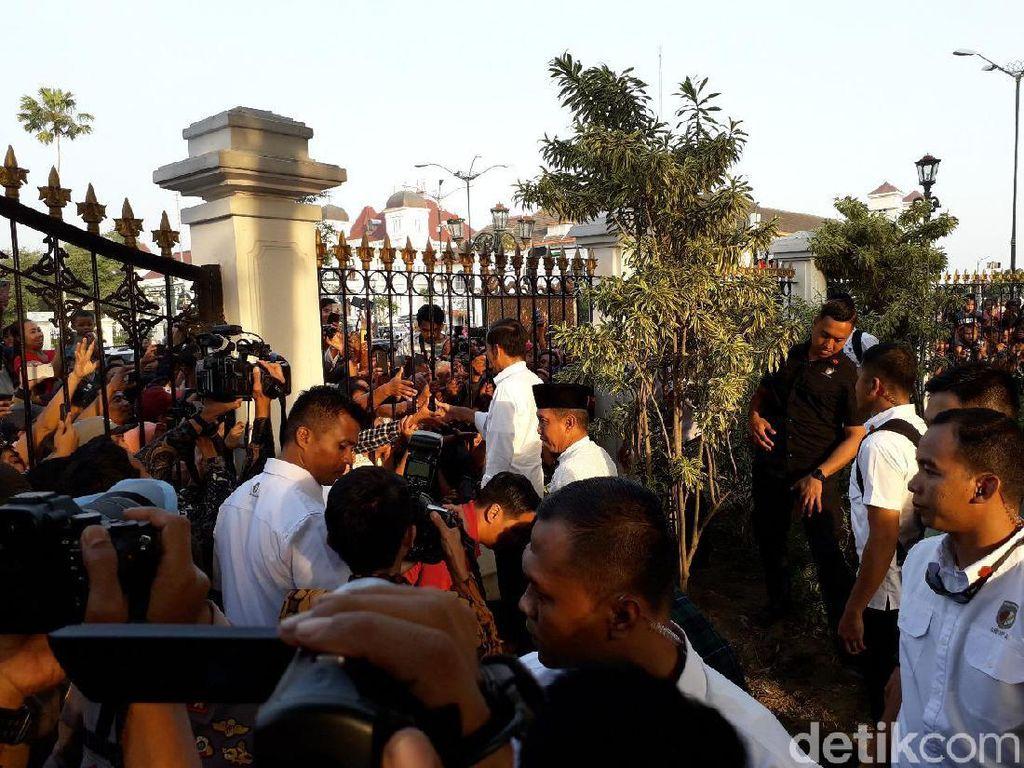 Jokowi Sapa Warga yang Berharap Pembagian Sembako di Malioboro