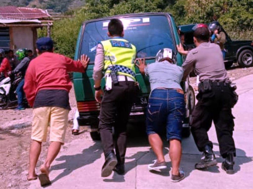Aparat Sigap Bantu Dorong Mobil Mogok di Tanjakan Pantai Sukabumi