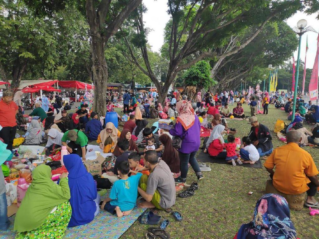 Lebaran Hari Kedua, Puluhan Ribu Warga Kunjungi TMII