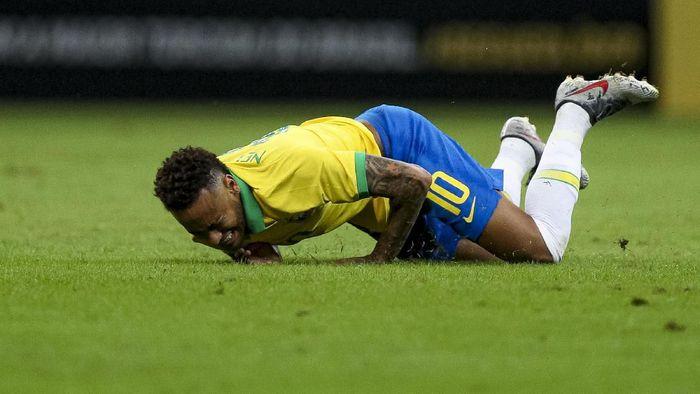 Neymar mengalami cedera saat membela Brasil menghadapi Qatar di laga persabatan, Kamis (6/6/2019) pagi WIB. (Foto: Buda Mendes/Getty Images)