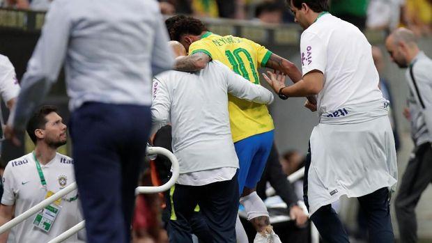 Cedera Engkel Paksa Neymar Absen Empat Pekan