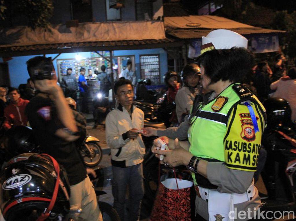 Polisi Bagikan Makanan ke Pengendara saat One Way Arus Balik di Nagreg