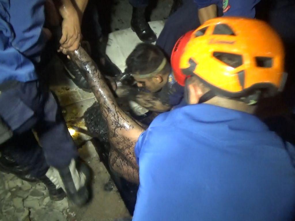 Aksi Menegangkan Damkar Makassar Selamatkan Pria Terjebak di Got