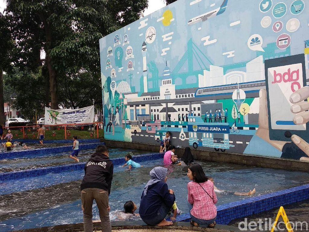 Kemeriahan Anak-anak Bermain Air di Kolam Taman Kota Bandung