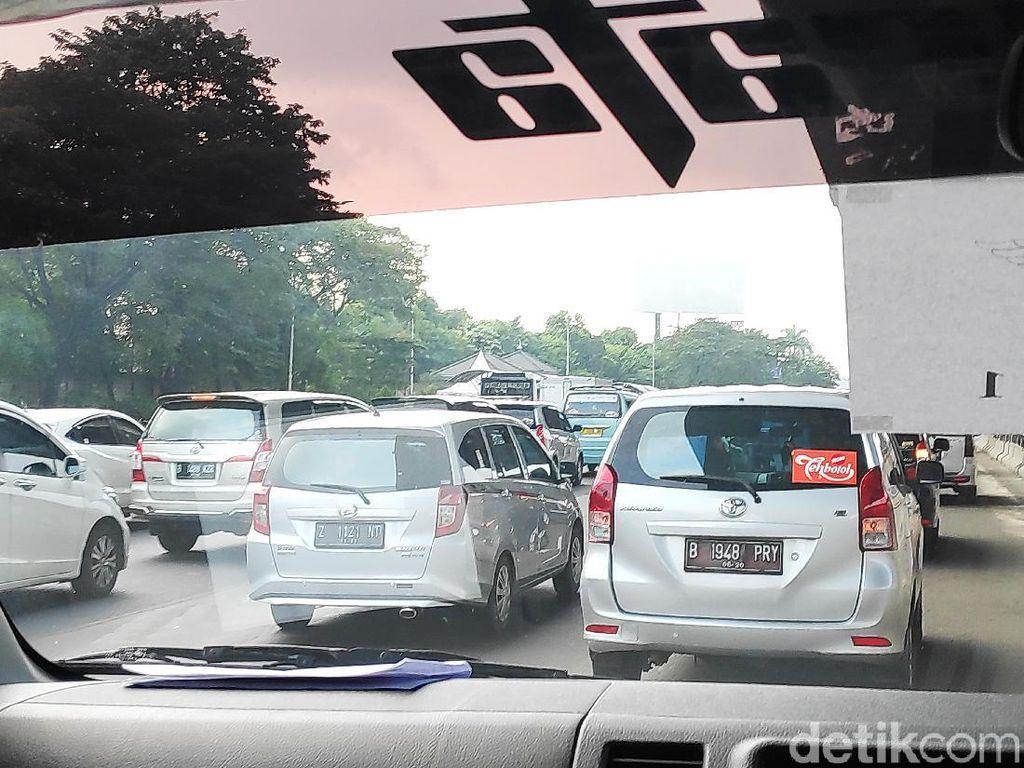 Tol Jakarta Arah Cikampek Padat Merayap, Kecepatan Mobil Hanya 10-30 Km/Jam