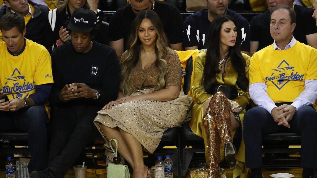 Beyonce Tampak Kesal Jay-Z Didekati Wanita Lain, Ini yang Sebenarnya Terjadi