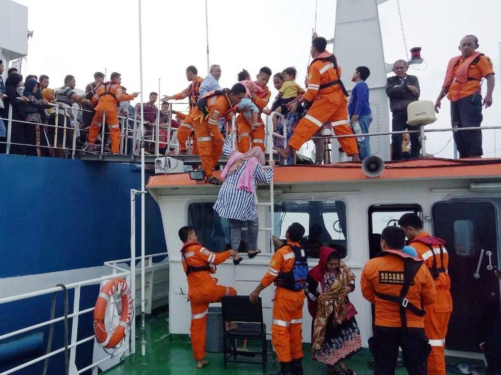 Basarnas Selesai Evakuasi Penumpang Kapal Merak-Bakauheni yang Kandas