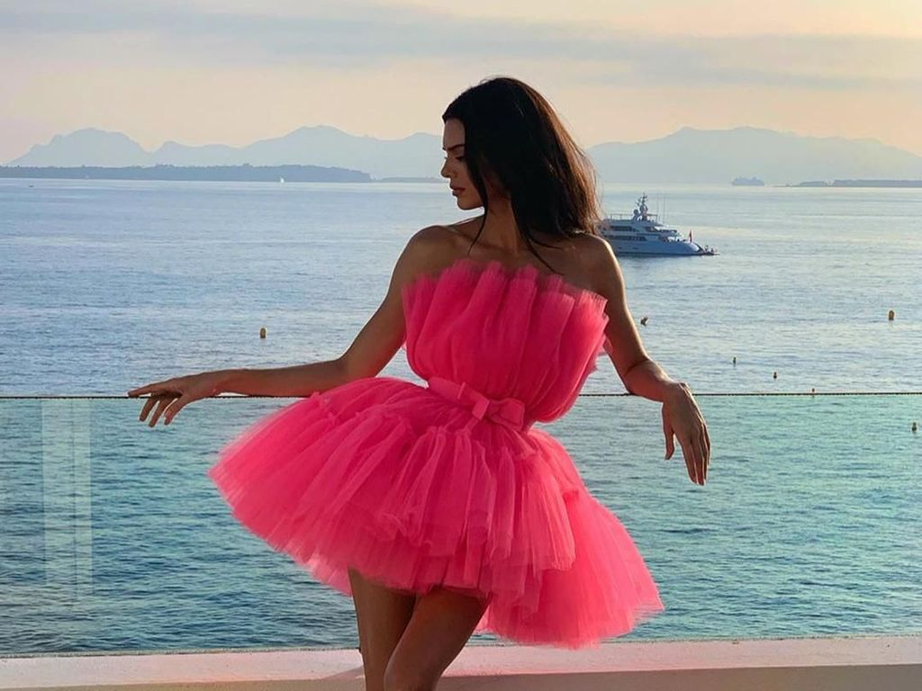 Pose Flamingo, Gaya Andalan Selebriti Saat Difoto yang Bikin Kaki Lebih jenjang