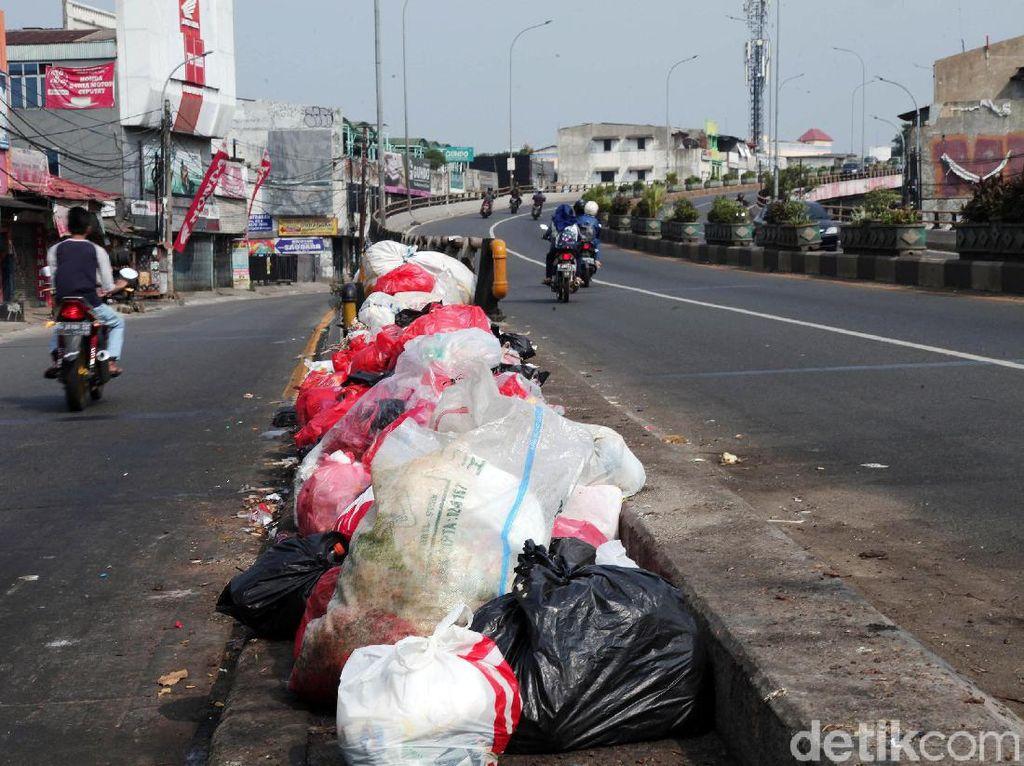 Jorok! Sampah Menumpuk di Separator Flyover Ciputat