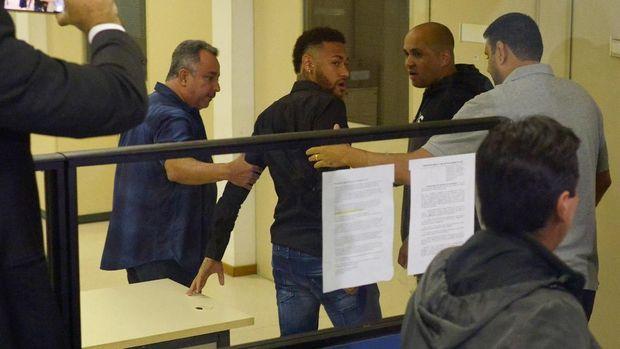 Neymar mendatangi kantor kepolisian di Rio de Janeiro Brasil untuk memberikan keterangan terkait dugaan pemerkosaan. (